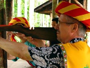 В. Бондаренко в национальной одежде племени Ли (пускать острые стрелы - работа критика)
