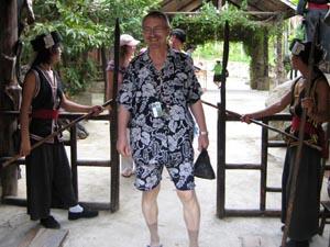 В. Бондаренко проходит через ворота ведущие в селение Мяо